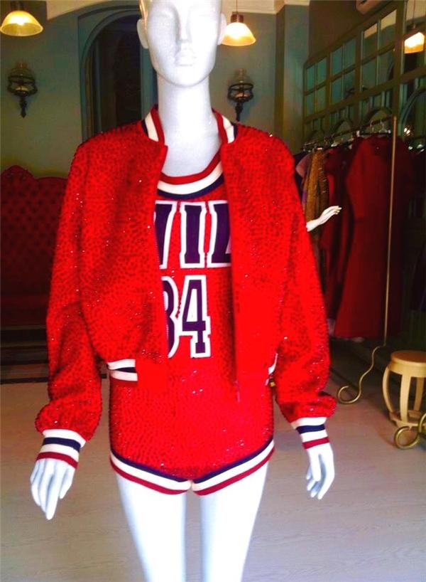 """Được biết, mẫu thiết kế này doLý Quí Khánh""""đo ni đóng giày"""" cho Hồ Ngọc Hà. Theo chia sẻ của NTK,bộ trang phục được lấy tưởng từ hình ảnh những vận động viên bóng rổ."""