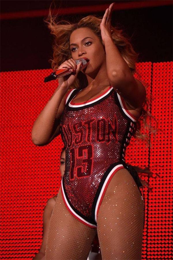 """Không dừng lại ở đó, cái tên Hồ Ngọc Hà lại càng trở nên """"nóng"""" hơn khi bộ trang phục mà cô diện khá giống của Beyonce. Tuy nhiên, hai mẫu thiết kế cũng có một số điểm sai khác về họa tiết hay độ sâu của những đường cắt."""