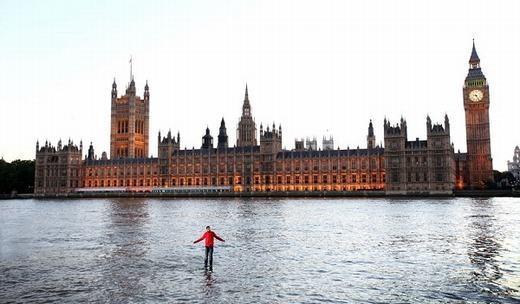 Ảo thuật gia Steve đi bộ trên sông Thames. (Ảnh: Internet)