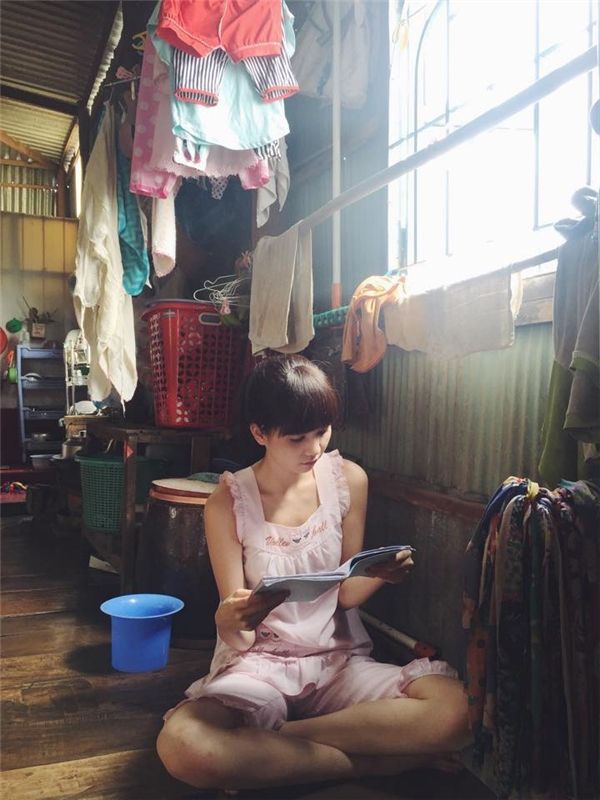 Cô nàng chăm chú đọc kịch bản trước khi diễn. - Tin sao Viet - Tin tuc sao Viet - Scandal sao Viet - Tin tuc cua Sao - Tin cua Sao