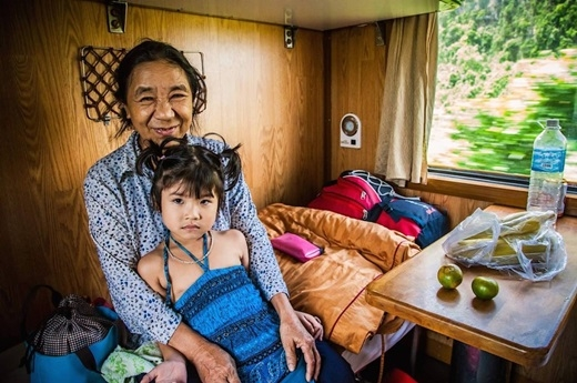 Hai bà cháu trên chuyếntàu, giữa Huế và Vinh.(Nguồn: Matador Network)