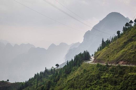 Lái xe một mình trên đèo Mã Pí Lèng, tỉnh Hà Giang.(Nguồn: Matador Network)