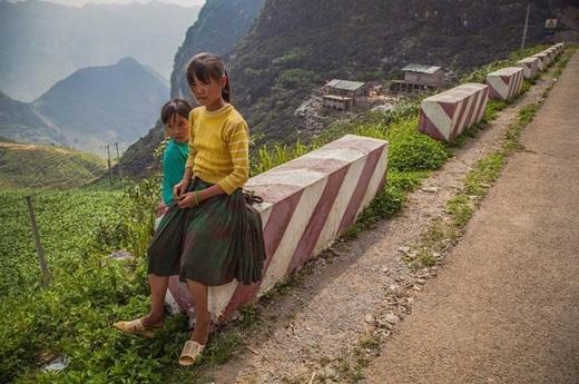 Những bé gái dân tộc ngồi nghỉ bên đường đèo Mã Pí Lèng, tỉnh Hà Giang.(Nguồn: Matador Network)
