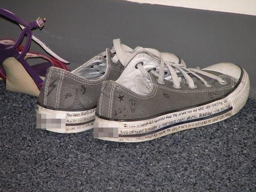Hoặc ghi tên, những dòng chữ mà mình thích lên giày. (Ảnh: Internet)