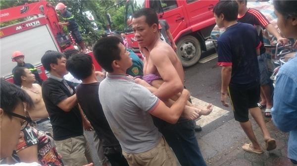Người dân phối hợp cùng lực lượng cứu hộ đưa nạn nhân ra ngoài và chuyển đếnbệnh viện cấp cứu. (Ảnh: Internet)