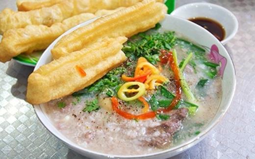 Cháo Tiều với công thức nấu nướng đặc biệt của người Tiều Châu, Trung Quốc sẽ mang đến cho bạn trải nghiệm đáng nhớ khi thưởng thức món cháo nóng có đủ vị ngọt của lòng heo xen lẫn vịcay nồngcủa tiêu.(Nguồn: Internet)