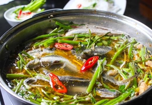 """Món lẩu """"con cưng"""" vùng sông nướchút hồn người Sài Gòn bởi phần nướclẩuđậm đà tuy hơi ngọt do ảnh hưởng khẩu vị của người miền Tây.Những con cá kèo nho nhỏ nhưng lạilà chìa khóa mang đến vị ngontự nhiên khó cưỡng cho món lẩu, cùng dĩa rau xanh, giòn hấp dẫn.(Nguồn: Internet)"""
