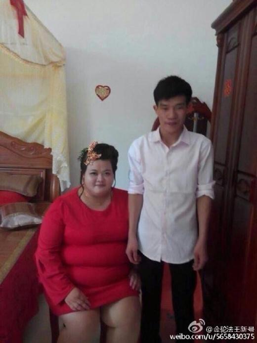 Cặp đôi đũa lệch gây xôn xao cộng đồng mạng Trung Quốc. (Nguồn: Internet)