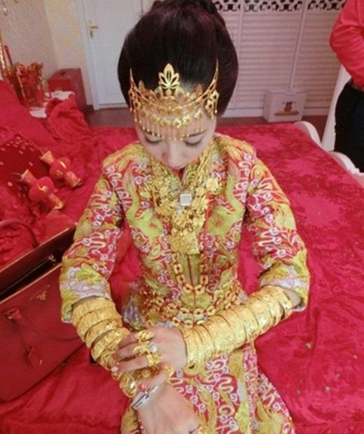 Những chiếc vòng từ vàng ròng trĩu nặng trên tay cô dâu nhỏ nhắn.(Nguồn: Internet)