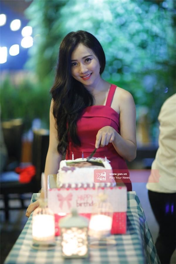 Lona Huỳnh tên thật làHuỳnh Hồng Loan, sinh ngày 20/9/1994, thuộccung XửNữ.