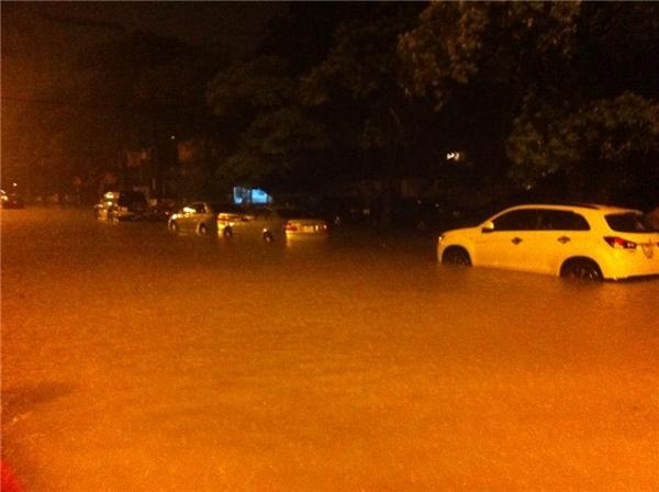 Mưa kéo dài từ tối qua khiến Hà Nội chìm trong biển nước. (Ảnh: FB)