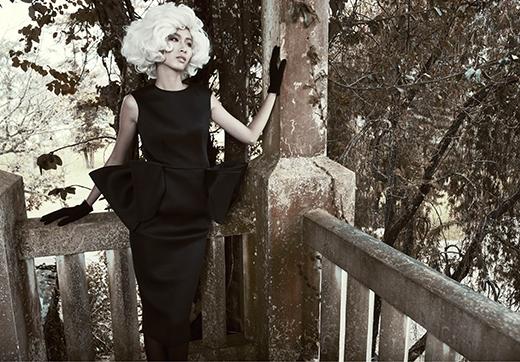 Phom váy bodycon cổ điểnđượcdựng 3D đối xứng hai bên mang đếnsự mới mẻ, hiện đại. Đây là một trong những thiết kế kinh điển của Đỗ Mạnh Cường được các ngôi sao hàng đầu làng giải trí như: Diễm My, Tăng Thanh Hà, Ngô Thanh Vân hay Linh Nga chọn diện.