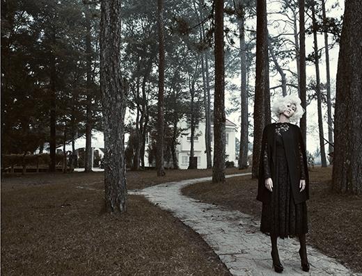 Sự kết hợp lạ mắt nhưnghài hòa giữa chiếc váy ren điệu đà cùng áo khoác khoét tay hiện đại.