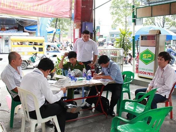 Đoàn kiểm tra liên ngành đang làm việc với cây xăng Trần Thiên vào chiều 21.9 - Ảnh: Tiến Nguyên