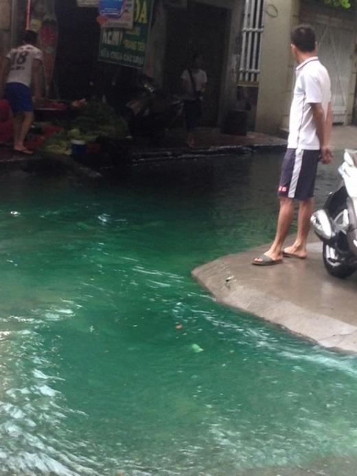 Người dân ở ngõ 87 lần đầu tiên thấy nước ngậpmàu xanh thế này... (Ảnh: FB)