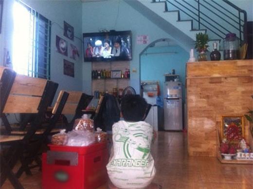 Cậu bé vào ngồi nghỉ xem tivi.