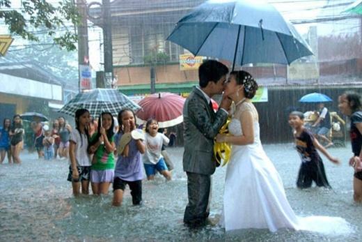 """""""Trời mưa thì mặc trời mưa, lội nước đám cưới là chuyện của ta với nàng"""". (Ảnh: Internet)"""