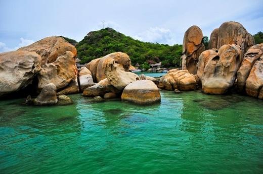 Màu nước xanh ngọc bích là một đặc sản của Bình Lập, làm nơi đây trông giống Maldives hơn bất kì nơi nào. Được ngâm mình trong làn nước mát lạnh, ngẩng đầu lên là gặp một màu xanh êm dịu của bầu trời, bạn nhưđược tách biệt khỏi thế giới nhộn nhịp.(Nguồn: Internet)