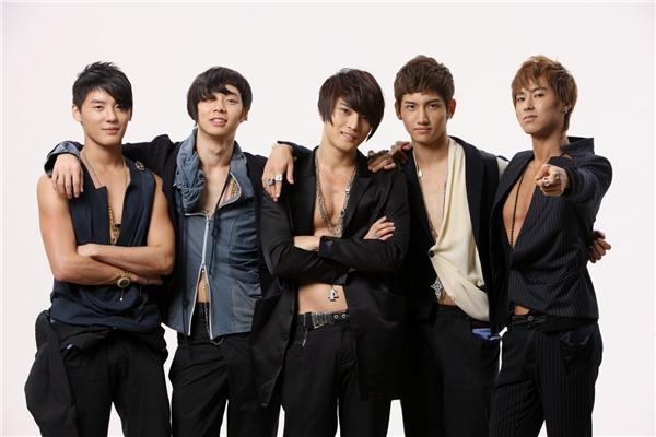 Không chỉ với bạn diễn nữ mà với các thành viên trong nhóm, Changmin (DBSK) cũng cực kì giữ kẽ.