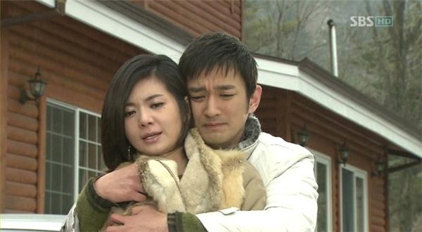 """Có vẻ như bàn tay """"hư hỏng"""" của Min Gun Woo cũng khiến bạn diễn phải khó chịu ra mặt."""