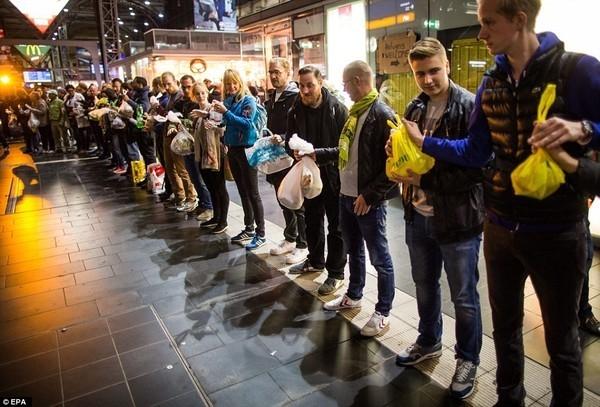 Các tình nguyện viên tại Frankfurt đứng xếp hàng để cung cấp thức ăn, nước uống và thiết yếu phẩm cho người tị nạn đến nước Đức. Ngay sau khi hình ảnh cậu béAylan Kurdi nằm chết sấp mặt trên bãi biển Bodrum của Thổ Nhĩ Kỳ được công bố, thủ tướng Đức Angel Merkel đã thông báo tiếp nhận tất cả dân tị nạn Syria đến với nước này. Sau khi hơn 10.000 tị dân đổ xô tới xin tị nạn ở Đức, người dân đã tình nguyện cung cấp thực phẩm và quần áo, giày dép, khăn quàng cho người tị nạn, thậm chí trẻ em còn được phát gấu bông miễn phí.(Ảnh Internet)