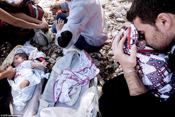 Được bố mẹ đặt vào trong ba lô mang theo cuộc hành trình vượt biển Địa Trung Hải để đến Hi Lạp, cặp đôi song sinh người Syria chỉ mới 8 tháng tuổi đã cùng gia đình vượt qua những nguy hiểm và gian nan để có thể đến với vùng đất mà họ mơ ước, sẽ có một tương lai tốt đẹp hơn tại các nước Châu Âu, chạy trốn khỏi quê nhà luôn xảy ra những cuộc nội chiến giữa chính phủ và IS. Họ thà đặt cược tính mạng còn hơn phải sống trong cảnh nơm nớp lo sợ những quả bom sẽ rơi xuống, những phát đạn lạc sẽ đến với mình bất kì lúc nào không hay.(Ảnh Internet)