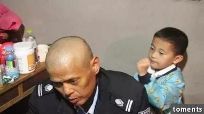 Cảm động bé trai 6 tuổi một mình chăm sóc cha bị ung thư