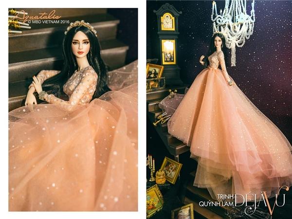 Trịnh Quỳnh Lam như nàng công chúa bước ra từ chuyện cổ tích trong chiếc đầm voan xòe rộng tông màu pastel nhẹ nhàng, ngọt ngào. Toàn thân váy được điểm xuyết chi tiết ánh kim tạo nên sự phản quang vô cùng bắt mắt.
