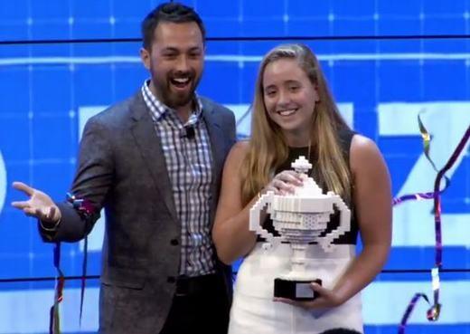 Olivia giành cúp chiến thắng. (Ảnh: Internet)