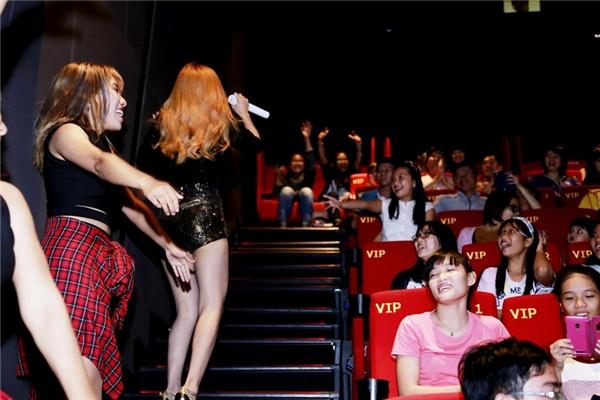 Buổi giao lưu diễn ra vui vẻ với sự tham gia của khá đông các fan Trang Pháp. - Tin sao Viet - Tin tuc sao Viet - Scandal sao Viet - Tin tuc cua Sao - Tin cua Sao