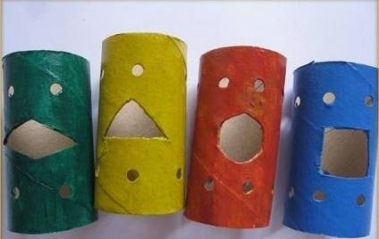 Bước 2: Bước tiếp theo, bạn phết màu nước lên lõi giấy rồi để cho khô nhé. Bạn có thể sáng tạo và phết màu nước theo ý thích của mình.