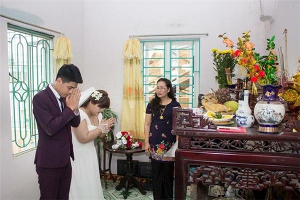Cặp đôi 9X thắp nhang trước bàn thờ ông bà, tổ tiên trong ngày vui.