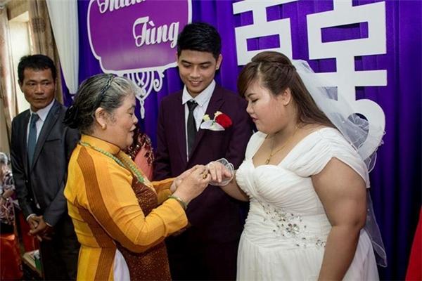 Bố mẹ trao quà mừng cho cô dâu, chú rể.