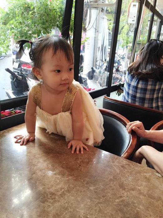 Tiểu công chúa được mẹ sắm cho rất nhiều những bộ váy điệu đà và xinh xắn. (Ảnh: Internet)