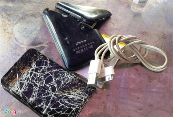 Chiếc điện thoại giật chết thai phụ Ngô Thị Liên bị ném vỡ nát. Ảnh: Phạm Hòa.