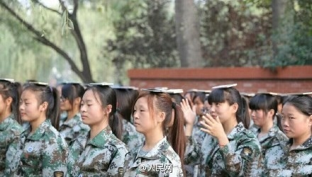Mới đây, những hình ảnh của một khóa huấn luyện quân sự kỳ lạ đã được lan truyền rộng rãi trên mạng xã hộiWeiboở Trung Quốc.