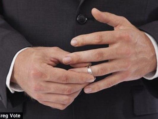 """Sau khi nghiên cứu suy nghĩ của 575 người về """"tình thoáng qua"""" kết hợp với độ dài ngón tay, các nhà nghiên cứu đã tìm ra rằng những người ngón đeo nhẫn càng dài hơn ngón trỏ thì càng có xu hướng lăng nhăng nhiều hơn."""