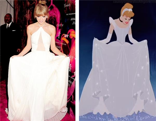 Taylor Swift trông hoàn toàn giống như nàng Lọ Lem bước ra từ câu chuyện cổ tích, từ chiếc váy trắng xòe cho đến mái tóc búi cao đều không thể lẫn vào đâu được.