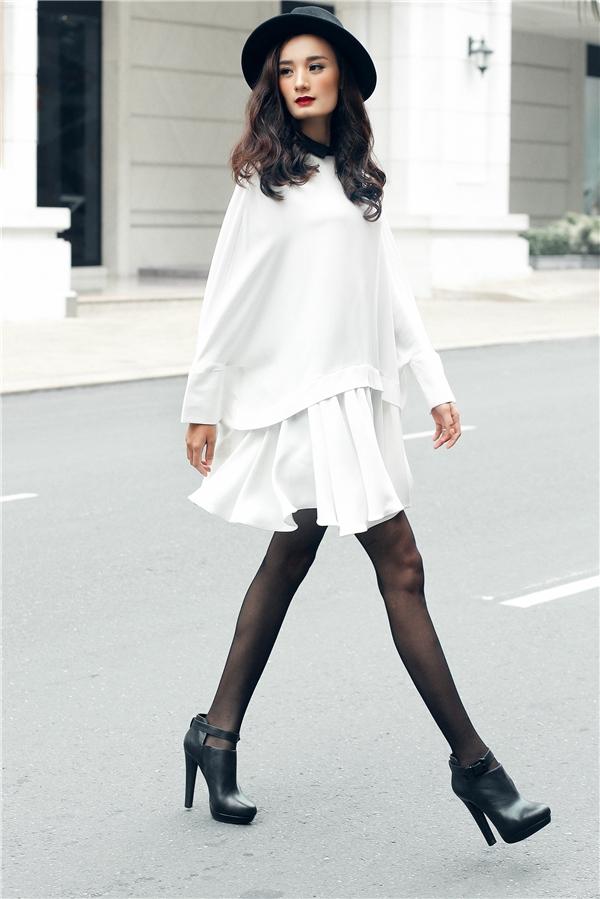 Sự kết hợp giữa hai tông màu trắng, đen tương phản dường như chưa bao giờ lỗi mốt. Bộ trang phục mang đến sự hài hòa giữa nét nữ tính, điệu đà cùng sự năng động, trẻ trung pha chút mạnh mẽ của những phụ kiện đi kèm.