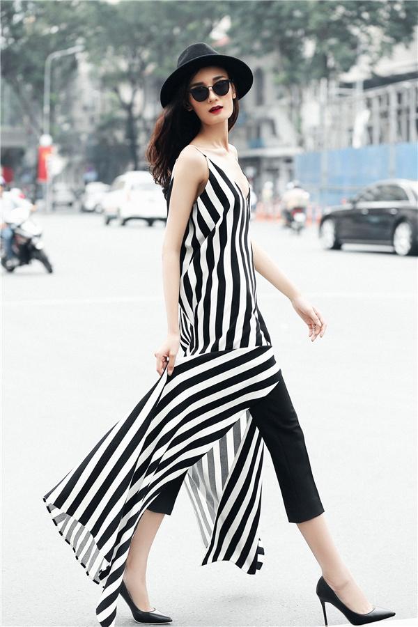 Váy dáng dài xẻ tà lạ mắt được Lê Thúy chọn phối cùng quần âu ống côn trẻ trung nhưng không kém phần thanh lịch.