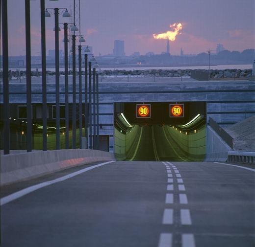 Tiếp nối phần nổi củacây cầu đặc biệt nàylà đường hầm dài 4km, được đặt tên là Deogden. (Ảnh: Internet)