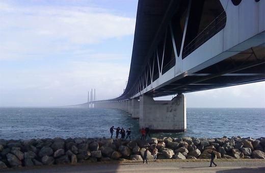 Ở phần tiếp giáp giữa cầu và đường hầm, người ta xây dựng một đập lớn. Vật liệu xây nên hoàn toàn từ đất đá có được giữa đại dương. (Ảnh: Internet)
