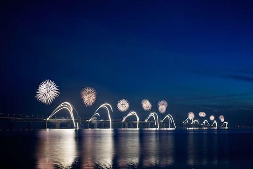 Nơi đây luôn được hai nước tổ chức nhiều lễ hội. Trong ảnh là màn hình diễn bắn pháo hoa của hai quốc giamới đây. (Ảnh: Internet)