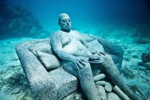 Bảo tàng nghệ thuật dưới nước Cancun, Mexico:Jason de Caires Taylor, tác giả của 500 tượng điêu khắc với kích cỡ bằng người thật, cho biết cảnh ánh mặt trời làm màu sắc của bọt biển bám trên tượng bừng sáng vô cùng ấn tượng. Ảnh:Jason de Caires Taylor.