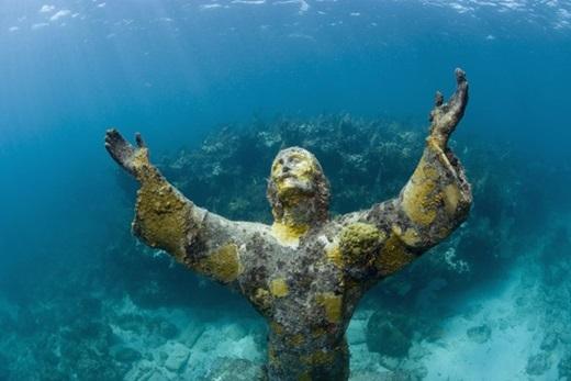 Tượng Christ of the Abyss, Florida, Mỹ:Galletti còn có thêm 3 bức tượng tượng tự, một nằm ở Grenada và một nằm ở công viên san hô John Pennekamp, ngoài khơi Key Largo, bang Florida, Mỹ. Bức tượng ở Florida được đặttại độ sâu 8 m và là một trong những điểm tham quan dưới nước nổi tiếng nhất thế giới. Ảnh:Aurora Creative.