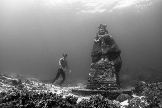Hang ngầm, Bohol, Philippines:Năm 2010, bức tượng chúa Jesus khi còn nhỏ và tượng Đức mẹ Đồng Trinh cao 4 m được đặt ở hang ngầm thuộc công viên san hô Bien Unido, ngoài khơi Bohol. Nơi này đã nhanh chóng trở thành điểm tham quan dưới nước nổi tiếng. Ảnh:Martin Zapanta.