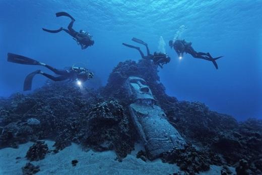 Tượng Moai giả, đảo Phục Sinh, Chile:Khác với những bức tượng khổng lồ và kỳ bí trên bờ biển đảo Phục Sinh, bức tượng này được làm vào năm 1994. Nằm trên rạn san hô, tượng Moai giả là một trong những điểm tham quan hấp dẫn của hòn đảo. Ảnh:Randy Olson.