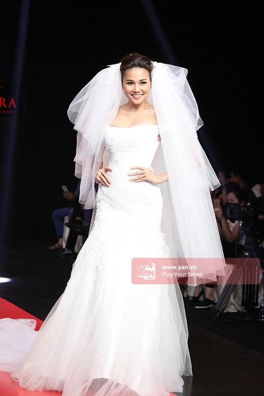 Xuất hiện trên sàn diễn, Thanh Hằng khiến người xem thích thú khi hóa thân thành cô dâu trong bộ váy cưới trắng lộng lẫy.