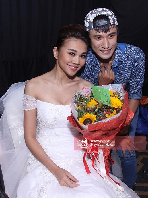 Như thường lệ, người hâm mộ của Thanh Hằng cũng có mặt để tặng quà, hoa cũng như xem thần tượng trình diễn.