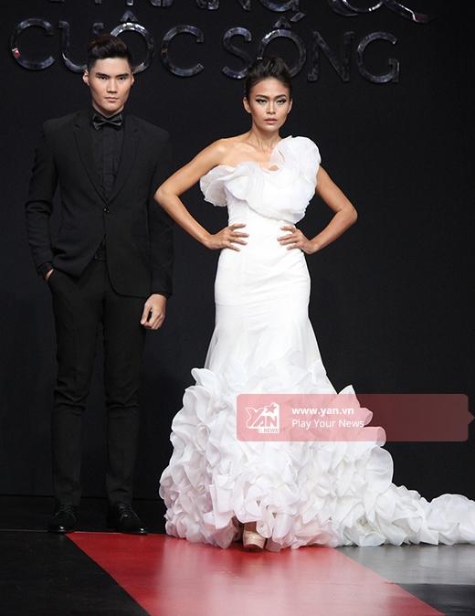 Chân dài Mâu Thanh Thủy diện chiếc váy cưới trắng có chi tiết cầu kì ở phần vai và chân váy.